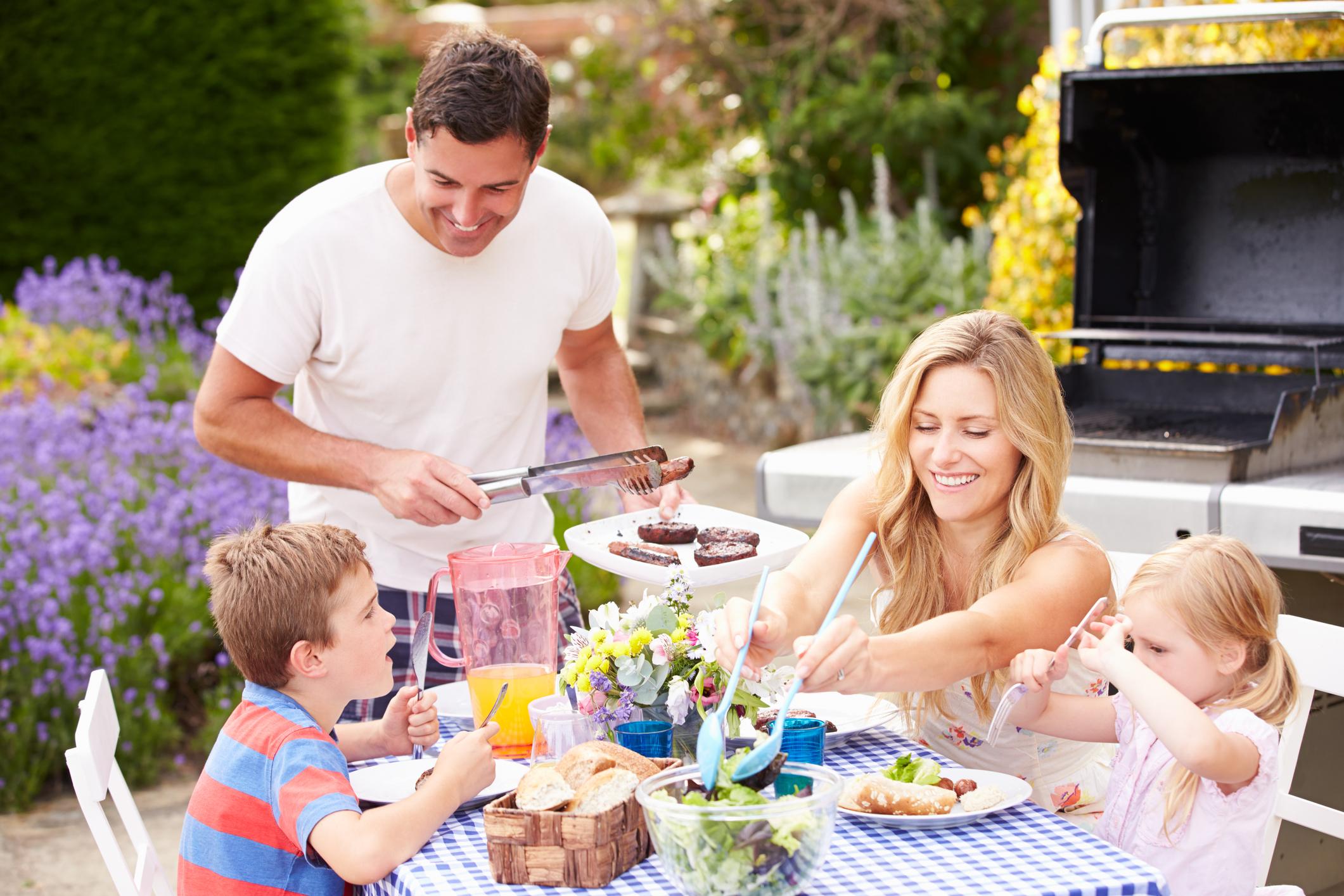 הנאת המשפחה סביב מטבח הגינה